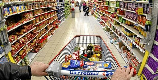 A shopper pushes a shopping trolley down an aisle at a Carrefour supermarket in Antibes, southeastern France, March 23, 2009.     REUTERS/Eric Gaillard (FRANCE)
