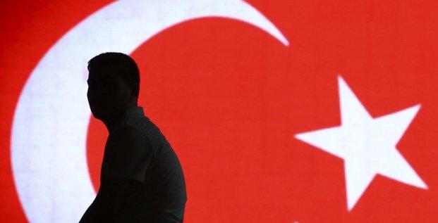 Pres de 15.000 fonctionnaires de plus renvoyes en turquie