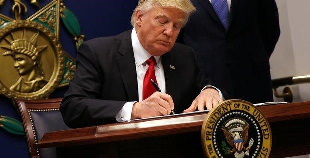 Donald trump estime ridicule la suspension de son decret anti-immigration