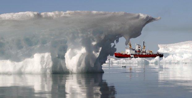 Gardes cotes canadiens avec des icebergs