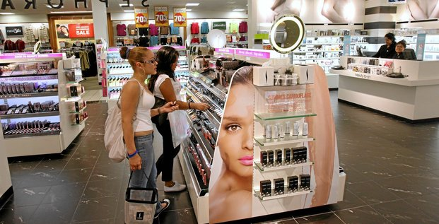 Delilah Cordoba, 17, left, and Caroline Garcia, 17, both students at Bryant High School, shop in the Sephora section at a J.C. Penney store on Aug. 3, in New York. Photographer:  Stephen Hilger/Bloomberg News.