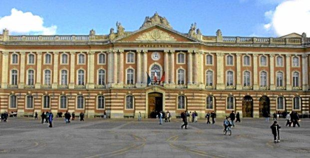 Des toulousains passent le 30 janvier 2001, devant le capitole de Toulouse qui abrite la mairie.