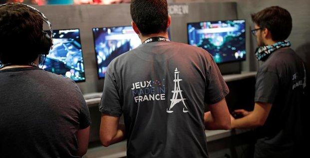 Les visiteurs jouent à un jeu vidéo «Made in France» à la Semaine des jeux de Paris