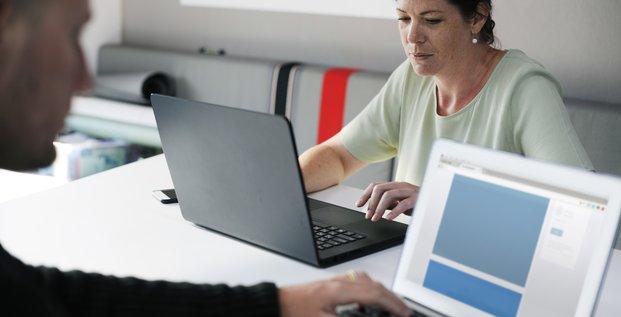Entreprise, employé, travail, ordinateur, réseaux sociaux