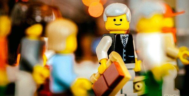 Figurines Lego allant au travail, par Sonny Abesamis. Via Flickr CC License by