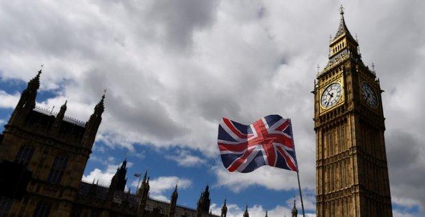 Un homme soupconne d'avoir un couteau arrete pres du parlement de westminster