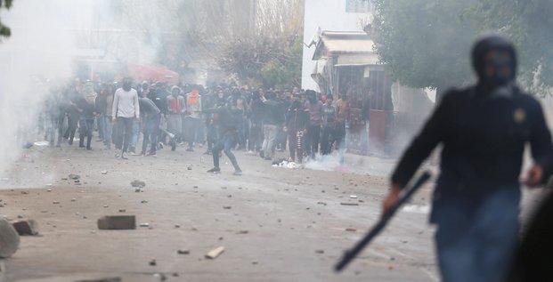 Plus de 200 arrestations apres une nuit de heurts en tunisie