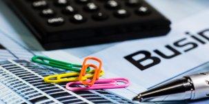 Calculatrice et trombones (comptes, entrepreneurs, entreprises, argent, finances, TPE, PME, entreprenariat, finances, banques, startup, business plan, argent)
