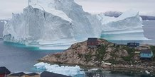 Un gigantesque iceberg a derive tout pres d'un village du groenland