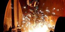 La production industrielle recule moins que prevu en fevrier