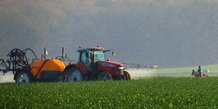 pesticides, épandage, tracteur, agriculteur, population, pollution chimique, champ