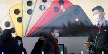 Coronavirus / Covid-19 : des clients portent des masques dans un Apple Store à Shanghai, le 29 janvier 2020