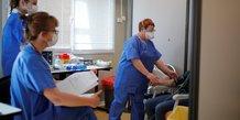 Coronavirus : des soignants portent des masques dans un hôpital qui accueille des patients malades du Covid-19