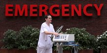 Coronavirus : Un infirmier pousse un respirateur artificiel, à l'hôpital Saint-Jean, en Belgique