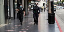 Coronavirus : des officiers du Los Angeles Police Department  (LAPD) portent un masque, alors qu'ils patrouillent sur le Hollywood Boulevard, à Los Angeles, en Californie