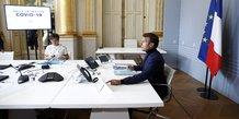 Coronavirus : Emmanuel Macron assiste, depuis le palais de l'Élysée, à une visioconférence avec des autorités locales des territoires d'outre-mer, le 30 avril 2020