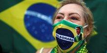 Coronavirus : une femme porte un masque avec une image de Bolsonara, lors d'une manifestation en soutien au président brésilien