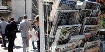 Presse : kiosque à journaux situé devant les locaux de l'AFP, à Paris