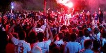 Liesse a paris apres la qualification pour la finale de la ligue des champions de football