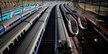 Des TGV sont stationnés près de la gare de Lyon à Paris lors du confinement pour limiter la propagation du coronavirus