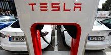 Station de recharge rapide Tesla Supercharger, Superchargeur, batterie électrique, voiture électrique (le 10 septembre 2020 à Berlin)