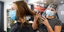 Les coiffeurs testent les nouvelles mesures anti-coronavirus avant la réouverture des salons, le 9 mai 2020