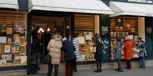 Macron annonce la reouverture des commerces samedi en france