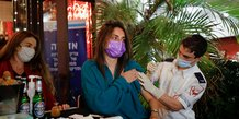 Coronavirus: israel rouvre son economie, la moitie de la population vaccinee