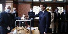 Emmanuel Macron vote lors du second tour des élections municipales 2020