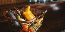 Légumes frais dans un caddy, livraison de nourriture, fruits et légumes
