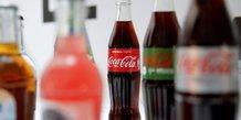 Les bouteilles de Coca-Cola sont présentées lors d'une conférence de presse à Paris, en France, le 20 avril 2017