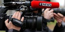 Un journaliste de CNews (ex iTELE) tient une caméra à l'épaule. Mars 2017
