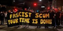 Manifestation anti-fasciste à Oakland, Californie, après la manifestation de Charlottesville