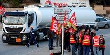 Les routiers bloquent plusieurs depots de carburant