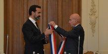 Claude Malhuret remet écharpe de maire à Frédéric Aguilera