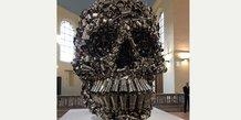 L'œuvre Very Hungry God, sculpture monumentale de l'artiste indien Subodh Gupta, conçue et installée dans chaque lieu d'exposition par c.H-D.